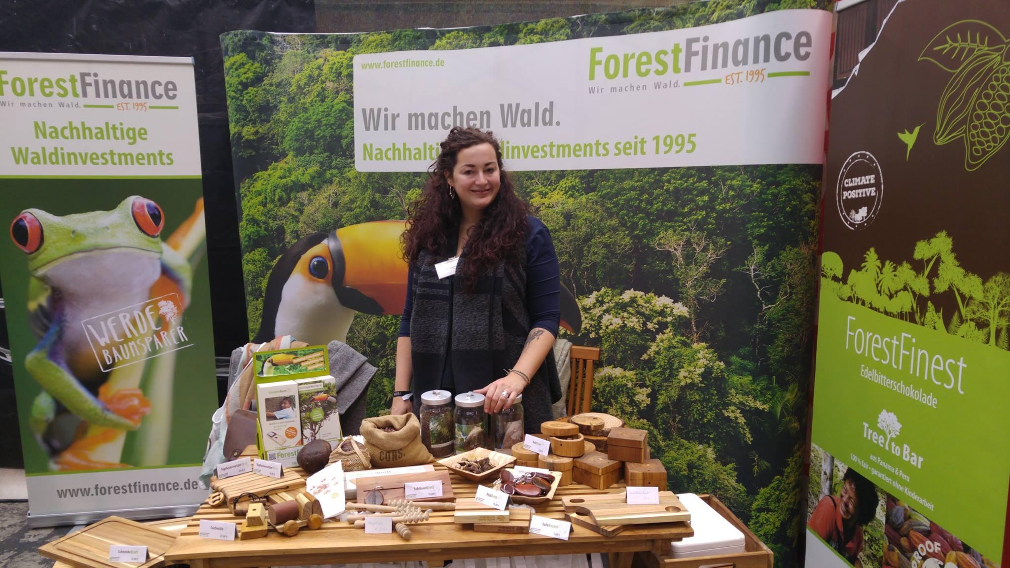 Unser grüner Messestand - hier mit ForestFinance-Mitarbeiterin Julia Schenkel - ist immer ein Besuchermagnet. Foto: ForestFinance