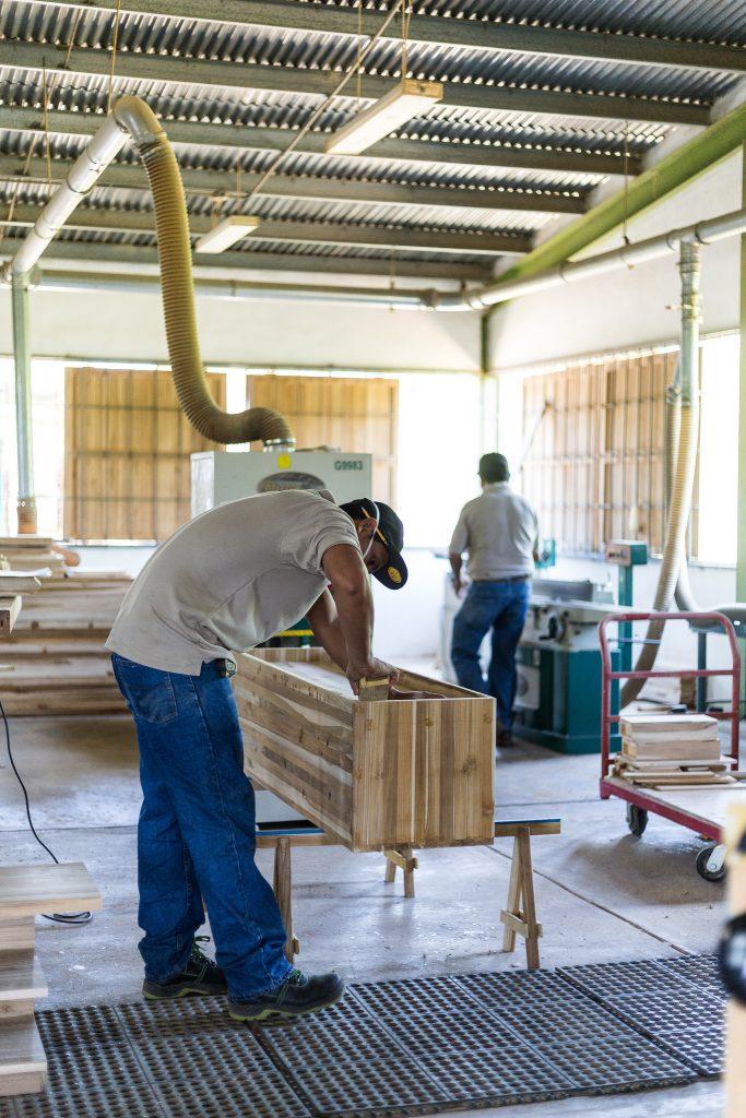 Einblick in das Holzverarbeitungszentrum von ForestFinance: Hier entstehen wahre Schätze aus nachhaltig erzeugtem Tropenholz. Foto: ForestFinance/Katrin Spanke