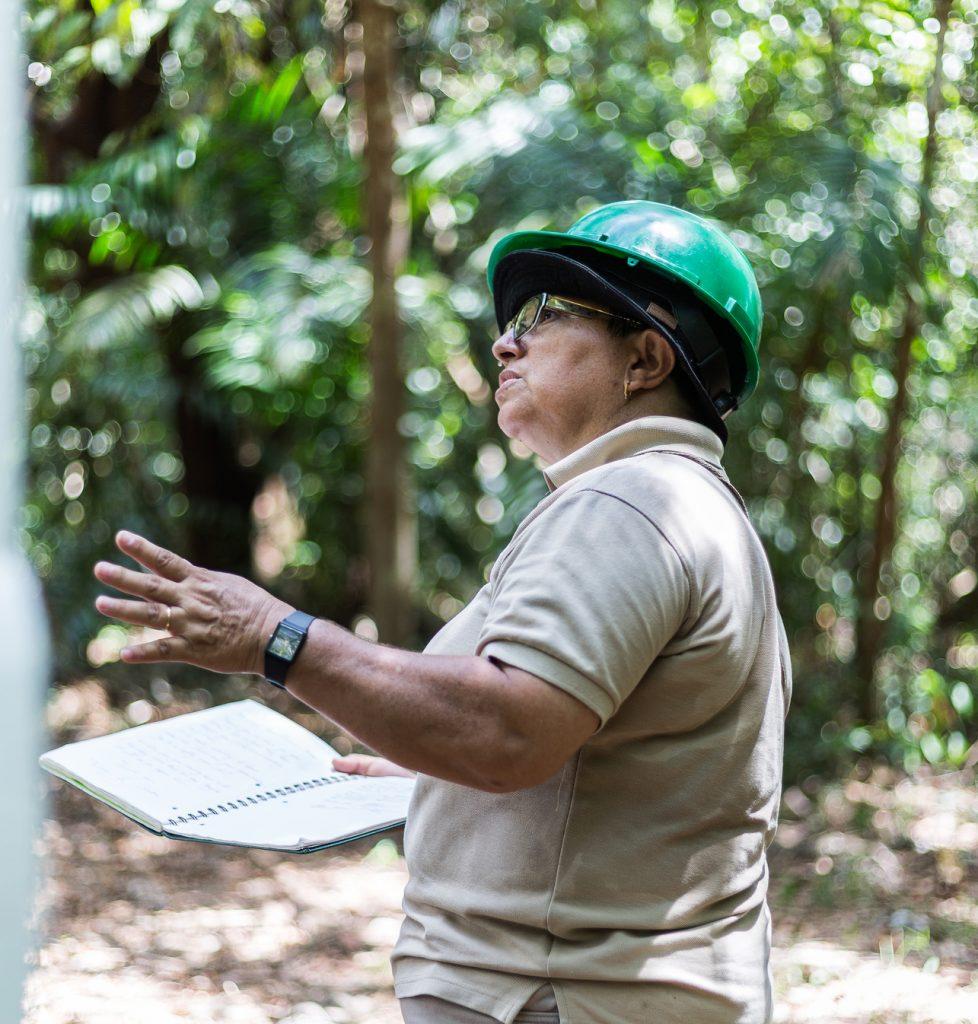 Yaels Camacho leitet die Forstabteilung bei ForstFinance und ist eine hervorragende Waldführerin. Foto: Katrin Spanke/ForestFinance