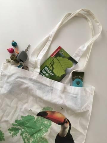 Passt in jede Tasche: der Kosmos-Baumführer. Foto: Katrin Spanke/ForestFinance