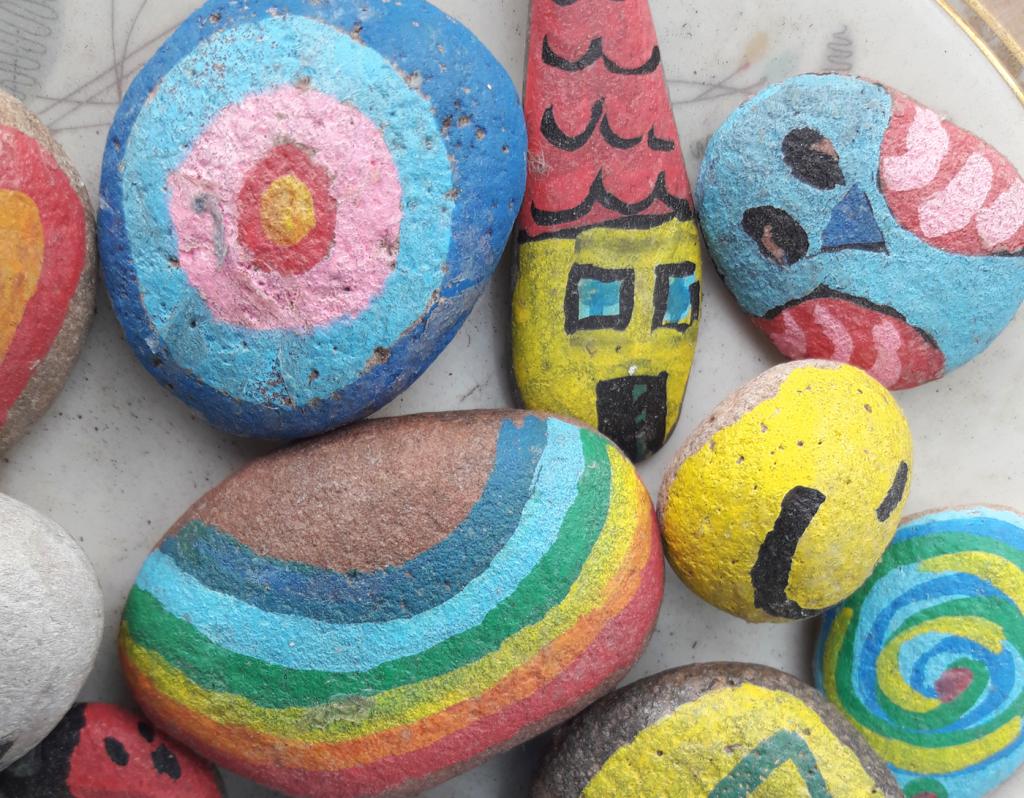 Bunt bemalte Steine sind ein Hingucker in jedem Garten. Foto: Kristin Steffan