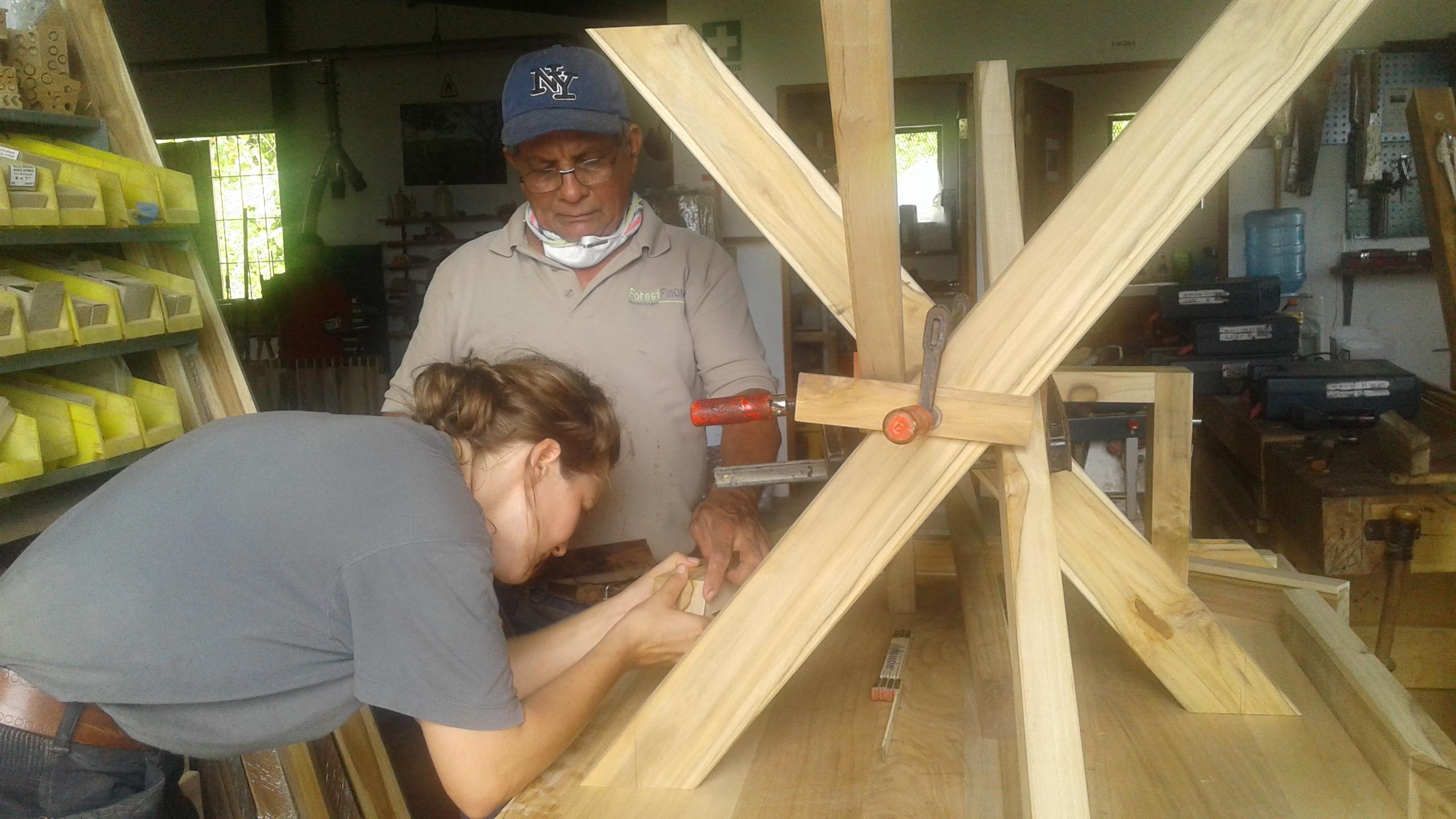 Ran an das Holz! Eine weibliche Schreinerin? Kein Thema für unser Team in Las Lajas! Foto: ForestFinance