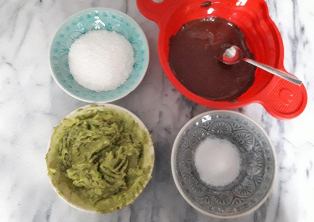 Die Zutaten für die Schokoladentrüffel im Überblick: Kokosflocken, geschmolzene Kuvertüre, Avocadofruchtfleisch und etwas Zucker. Foto: Kristin Steffan