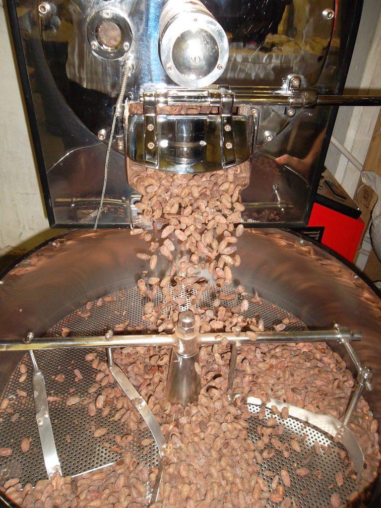 Hm, wie das duftet! Hier werden die Kakaobohnen gerade bei Cocoáfair, dem Schokoladenpartner von ForestFinance in Südafrika, geröstet. Foto: Cocoáfair