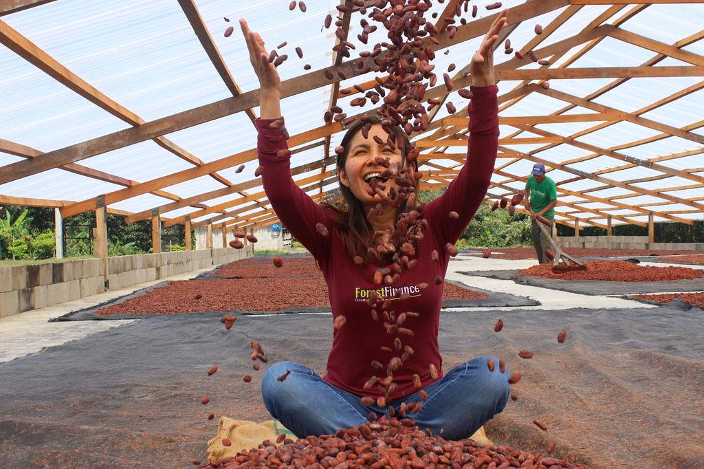 Projektleiterin Marisol Najarro in der Kakao-Trocknungsanlage in Peru. Foto: ForestFinance