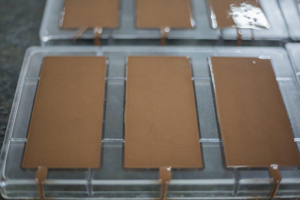Frisch gegossene Schokoladentafeln bei Oro Moreno in Panama. Foto: Katrin Spanke/ForestFinance