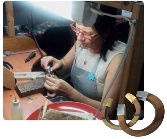 Die gebürtige Kolumbianerin und Ingenieurin Olga Gallego ist Expertin für grüne Architektur leitet unser Holzverarbeitungszentrum in Las Lajas. Manchmal nimmt sie übrig gebliebene Holzstücke aus der Schreinerei mit nach Hause - und zaubert daraus in ihrer Freizeit handgefertigten Schmuck. Foto: ForestFinance