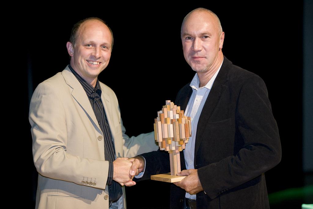 Im Jahr 2010 überreichte Dr. Uwe Sayer, Geschäftsführer des FSC Deutschland (links), den FSC Global Partner Awards an ForestFinance-Geschäftsführer Harry Assenmacher. ForestFinance wurde damit als Unternehmen geehrt, das in besonderer Weise zur Bekanntmachung des FSC beiträgt. Foto: ForestFinance