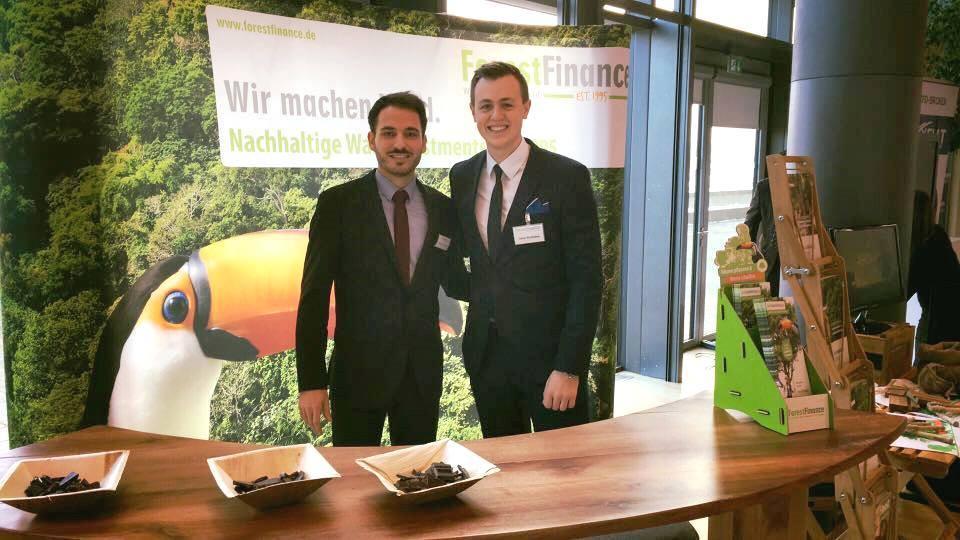 Christian Streubel und Tobias Wohlleben auf dem ForestFinance-Messestand. Foto: ForestFinance