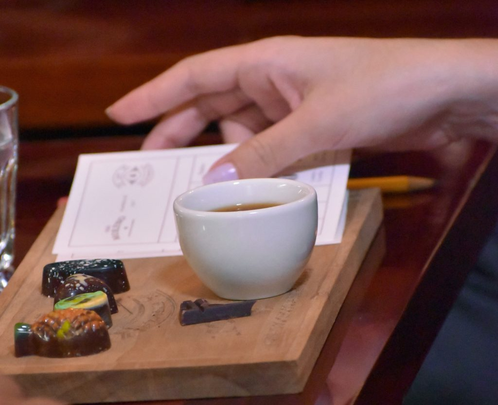 Gut vorbereitet: Jeder Gast durfte Schokolade und Kaffee bewerten. Foto: ForestFinance