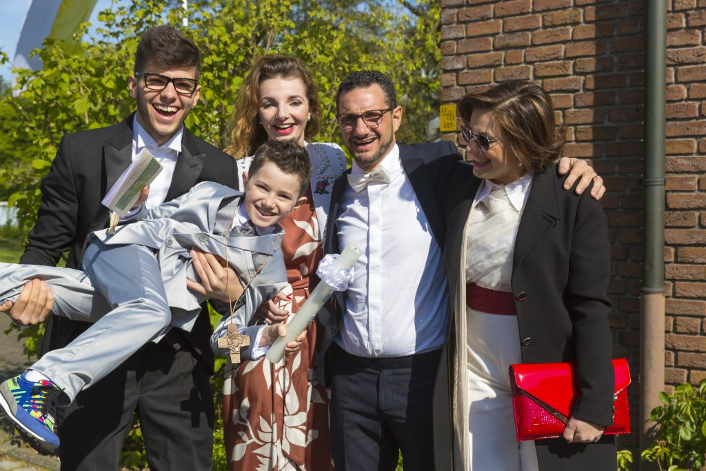 Familie di Dino freut sich über den Baum zur Kommunion.