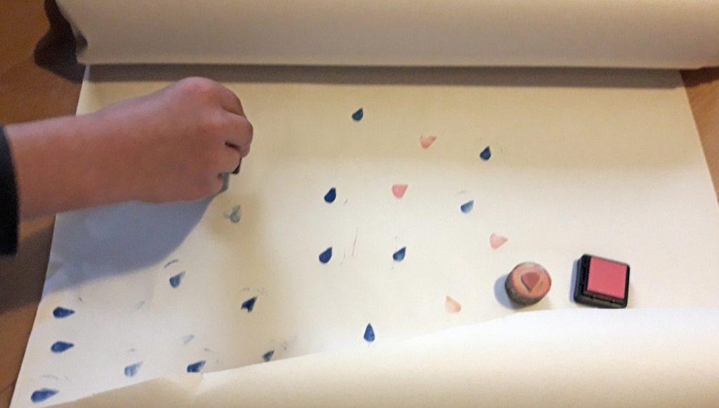 Stempel lassen sich aus Radiergummis schnitzen oder aus Moosgummi schneiden und sind auch selbst ein schönes Geschenk, wenn Sie zum Beispiel die Namensinitialen enthalten. Foto: Kristin Steffan