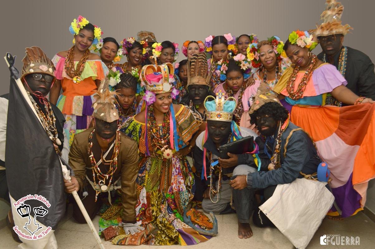Die farbenprächtigen Gewänder haben Tradition: Früher schneiderten sich die panamaischen Frauen aus den gespendeten Kleider der Spanier leuchtende Röcke, während allerlei Naturmaterialien zu beeindruckenden Schmuckwerken verarbeitet wurden. Foto: Sentimientos de mi tierra
