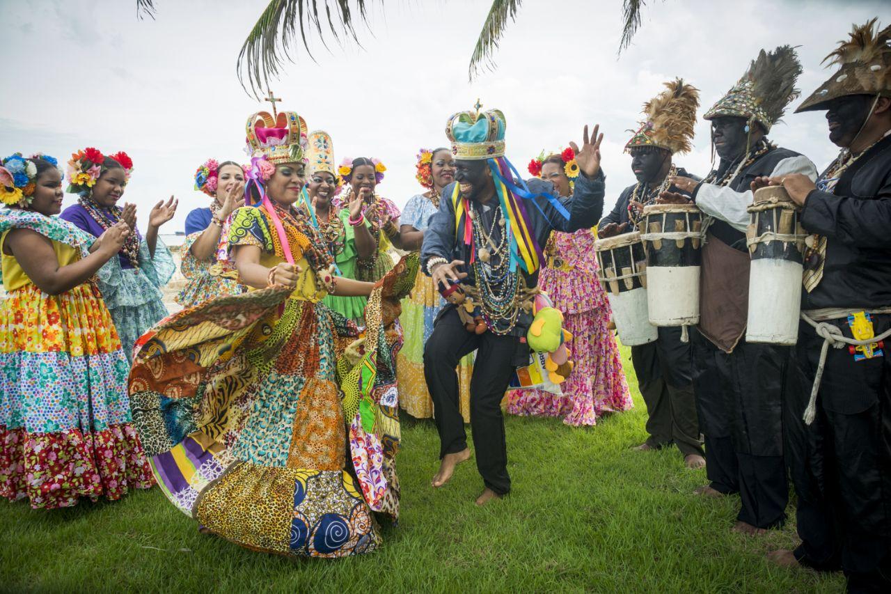 König und Königin tanzen barfuß, um in Kontakt mit der Erde zu bleiben. Foto: Sentimientos de mi tierra