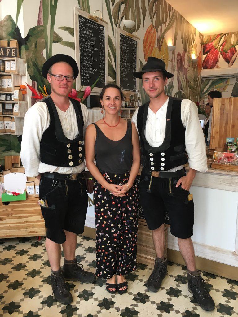 Die beiden Tischlergesellen Manou und Bernhard mit Carolina Buglione, der neuen Leiterin unseres Schokoladencafés in Panama. Foto: ForestFinance
