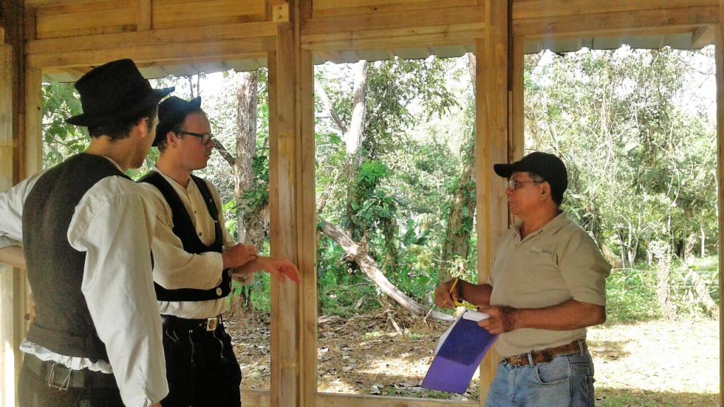 Manou und Bernhard arbeiten in Panama an der Erstehung des ForestFinance-Musterhauses mit, über das wir bald berichten werden. Foto: ForestFinance