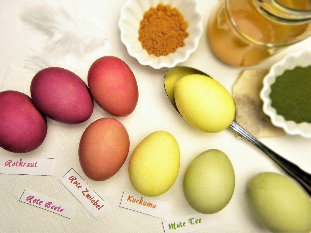 Nachhaltige Ostern mit selbst bemalten Ostereiern.