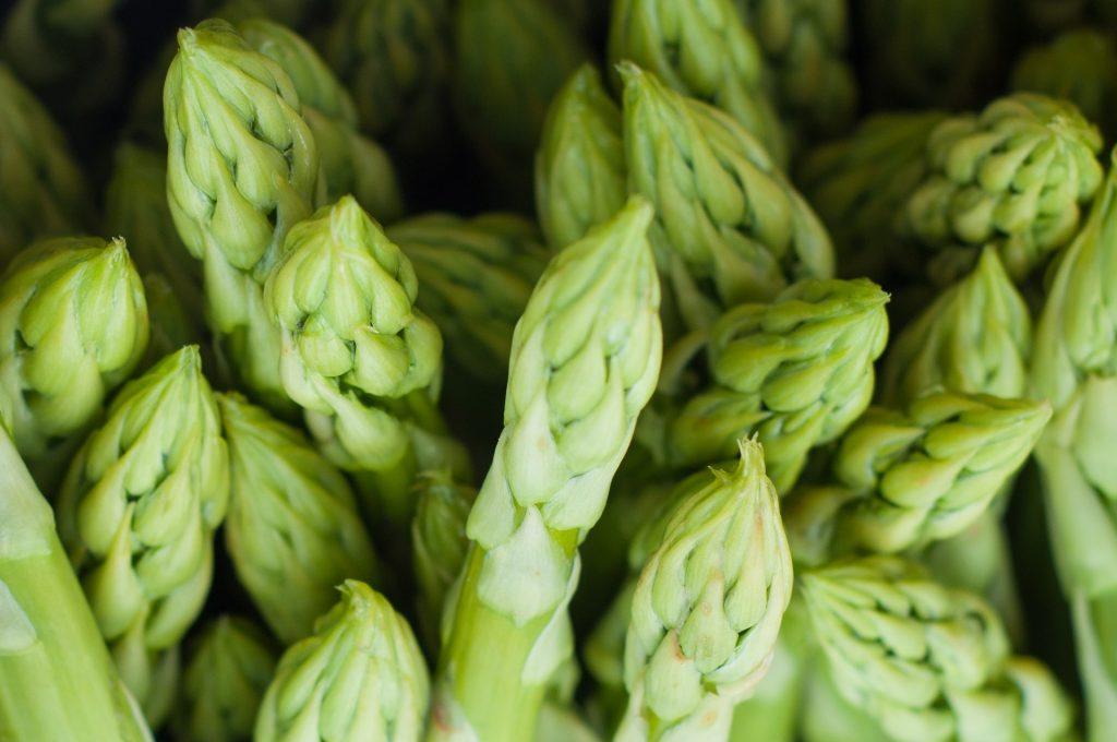 Spargel! Für ein nachhaltiges Ostermenü auf Saisonalität achten.