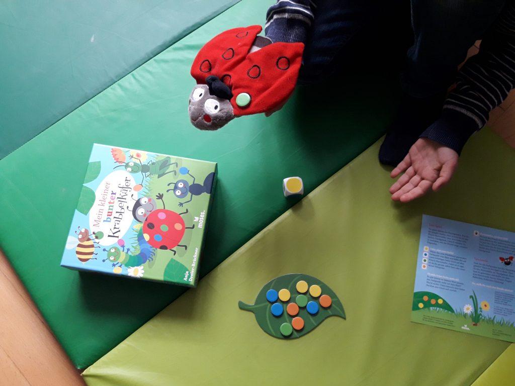 """Und jetzt eine Runde durchs Zimmer fliegen! """"Mein kleiner bunter Krabbelkäfer"""" ist im moses.-Verlag erschienen. Foto: Kristin Steffan"""