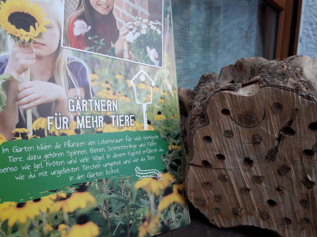 """Ein Blick in """"Gärtnern in Beet, Topf & Kasten"""", daneben unser kleines, fast voll belegtes Wildbienenhotel. Foto: Kristin Steffan"""