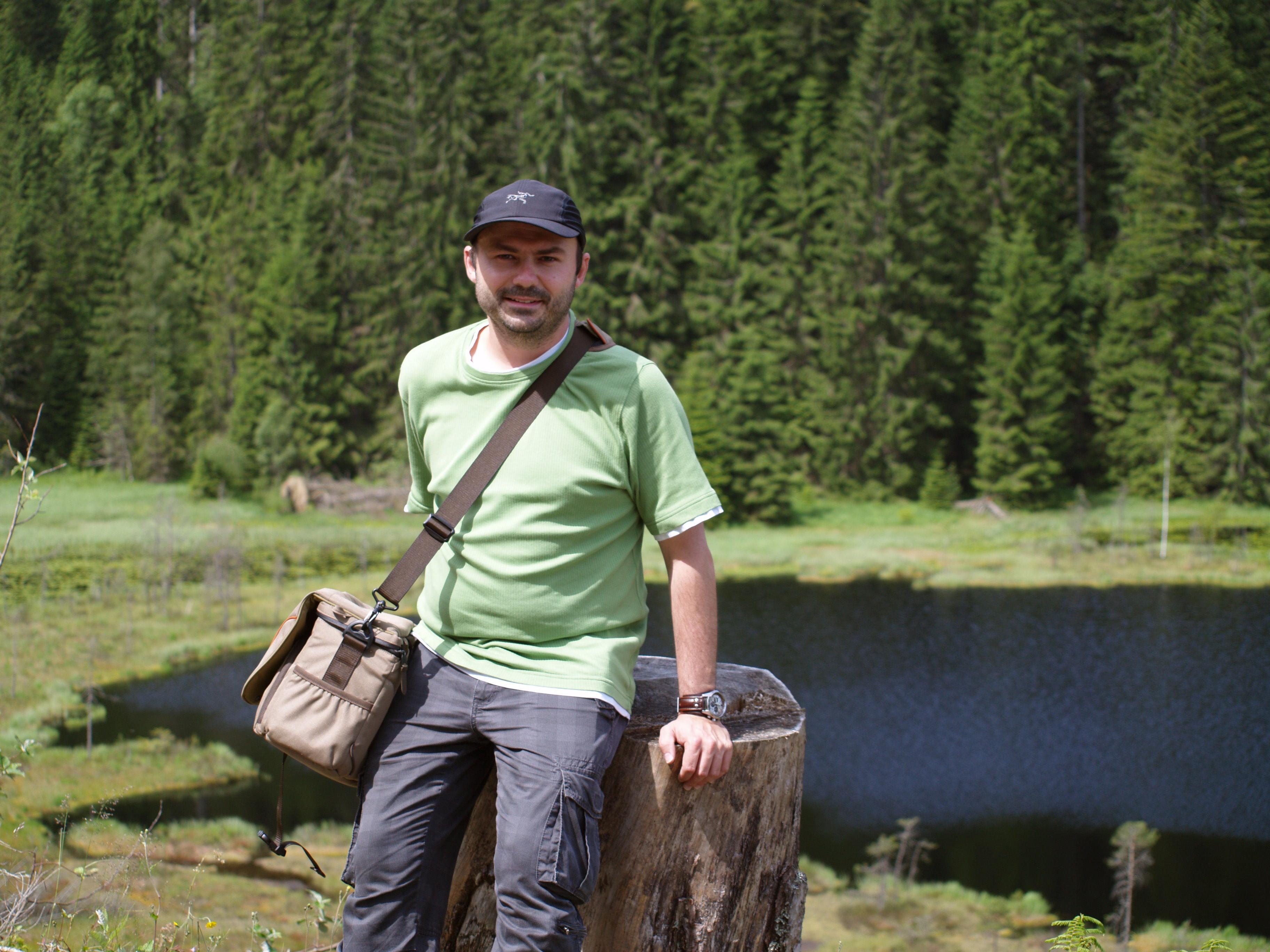 Die Natur ist seine Inspiration: Umweltkrimiautor und ForestFinance-Kunde Torsten Jäger am Huzenbachsee. Foto: privat