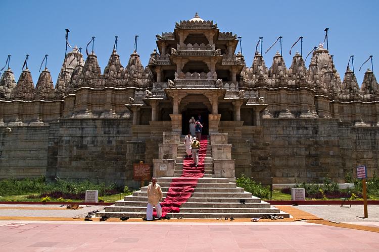 Der Adinath-Tempel in Rajasthan, Indien. Hier dienen Nonnen und Mönche des Jainismus, der alle Lebewesen ehrt. Bild: Wikipedia/nomo/michael hoefner