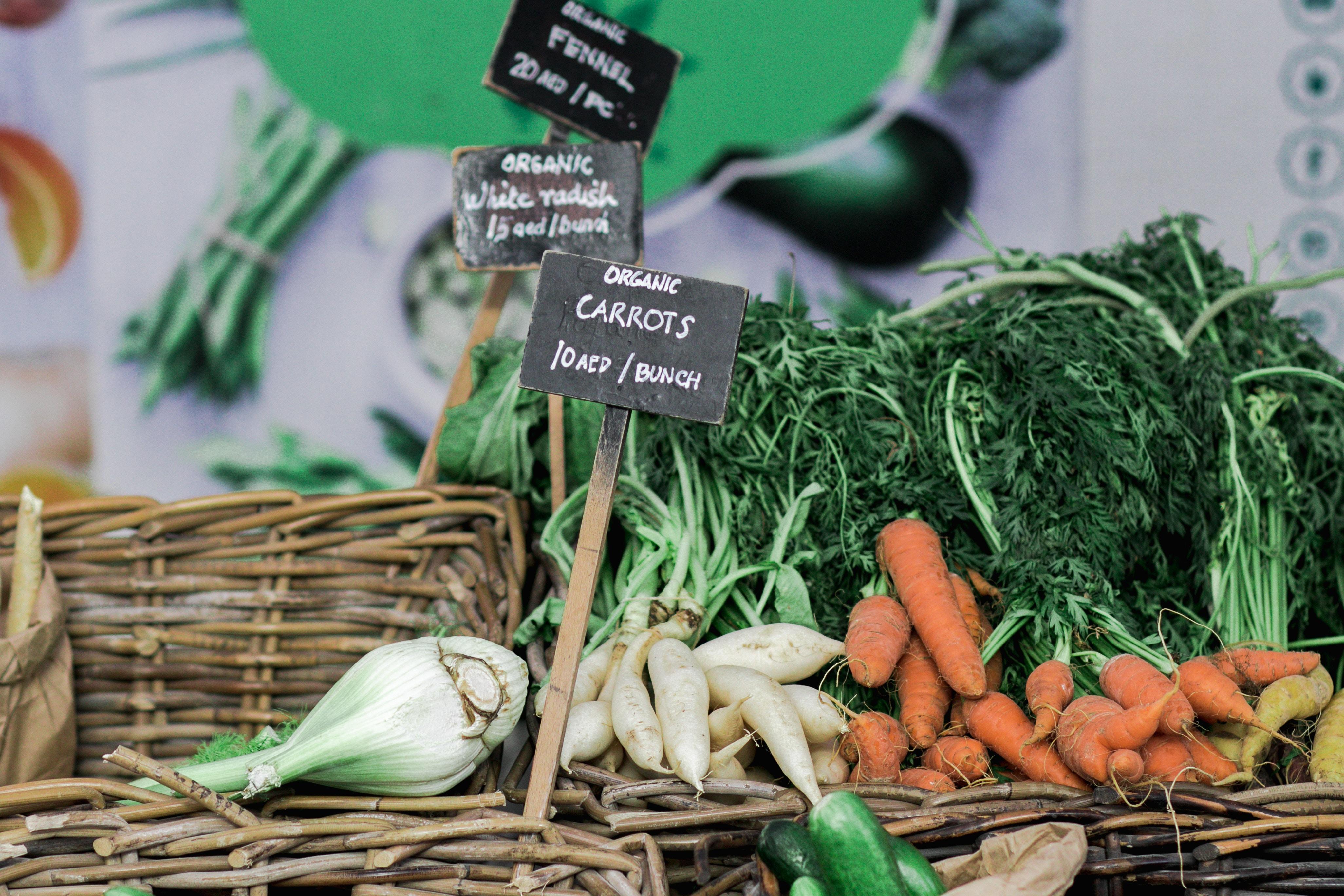 Wer Bio kauft, schützt auch Insekten. Bio-Karotten auf einem Markt.