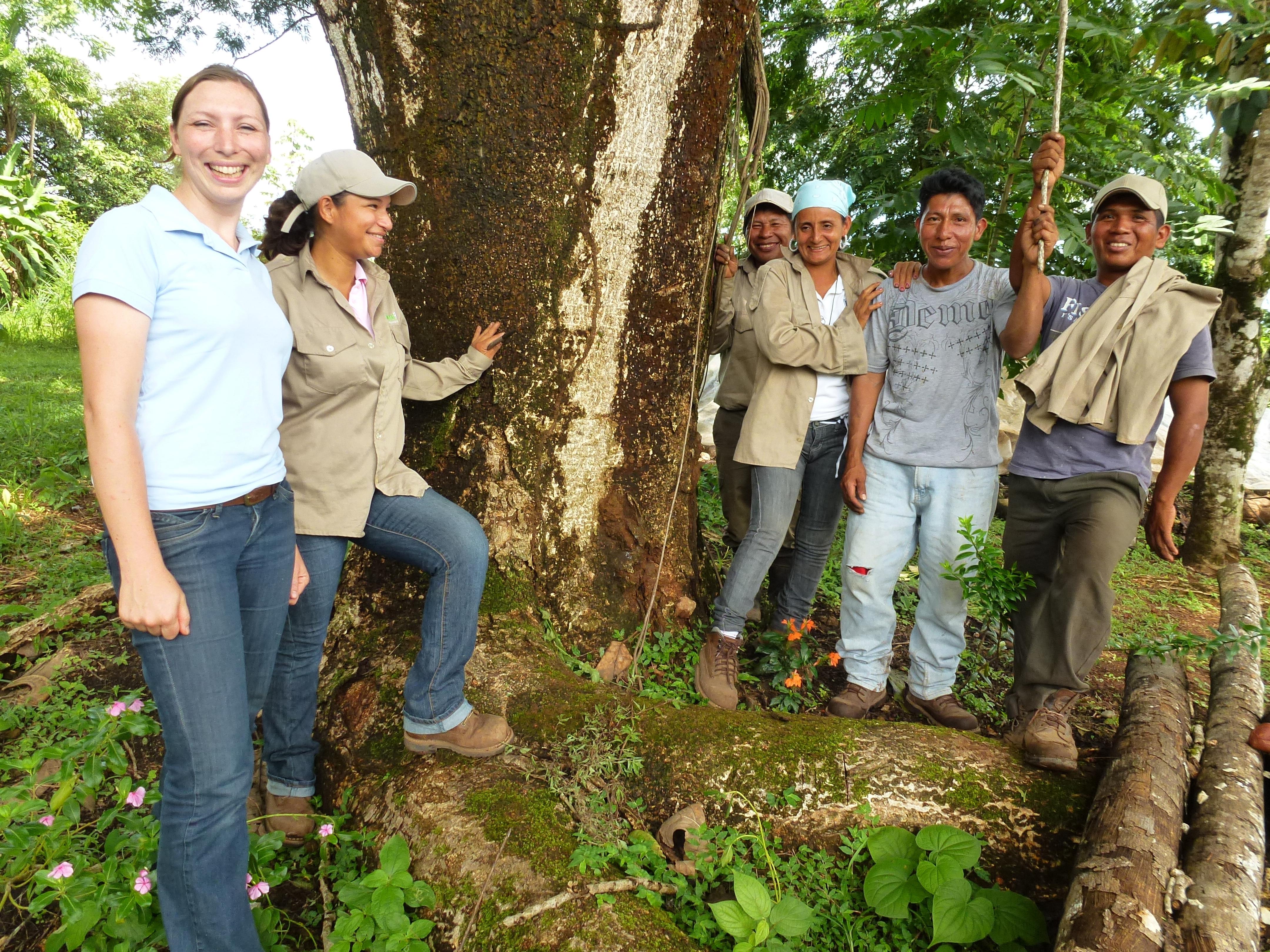 Carola Paul mit ForestFinance-Mitarbeiter*innen, die sie bei ihrer Arbeit unterstützten. Foto: ForestFinance/Silke Berger