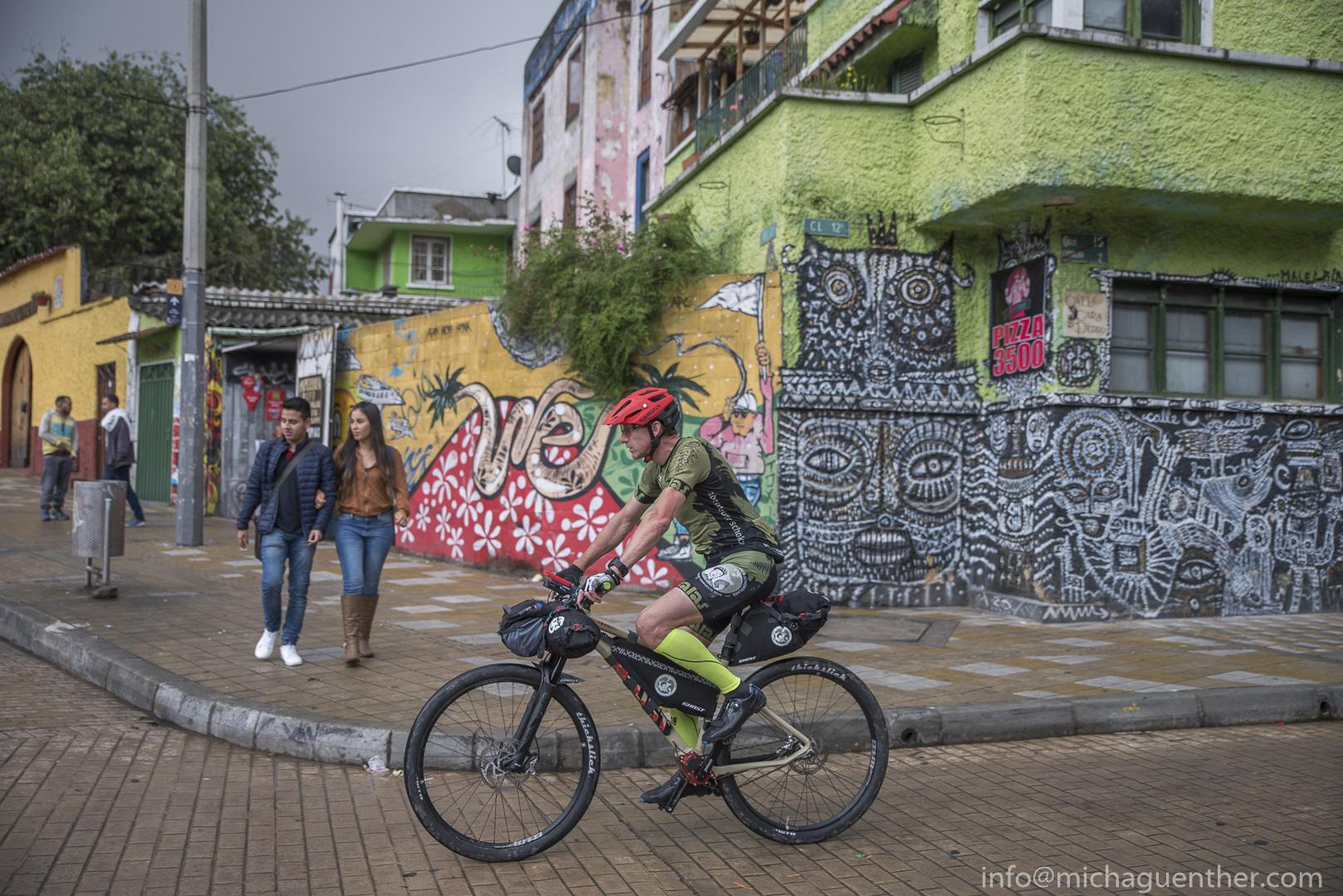 Für faire Schokolade: Guido Kunze in der Altstadt von Bogotá. Foto: Michael Günther