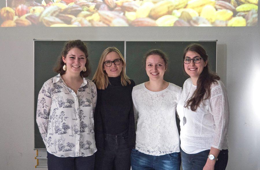 Die Studentinnen Inken Bischoff, Julia Rothenhäusler und Theresa Reuther (auf dem Bild mit Inna Schneider von ForestFinance,in Schwarz) erarbeiteten im Rahmen ihres Studiengangs Interkulturelle Werbung neue Kommunikationsstrategien für ForestFinance.
