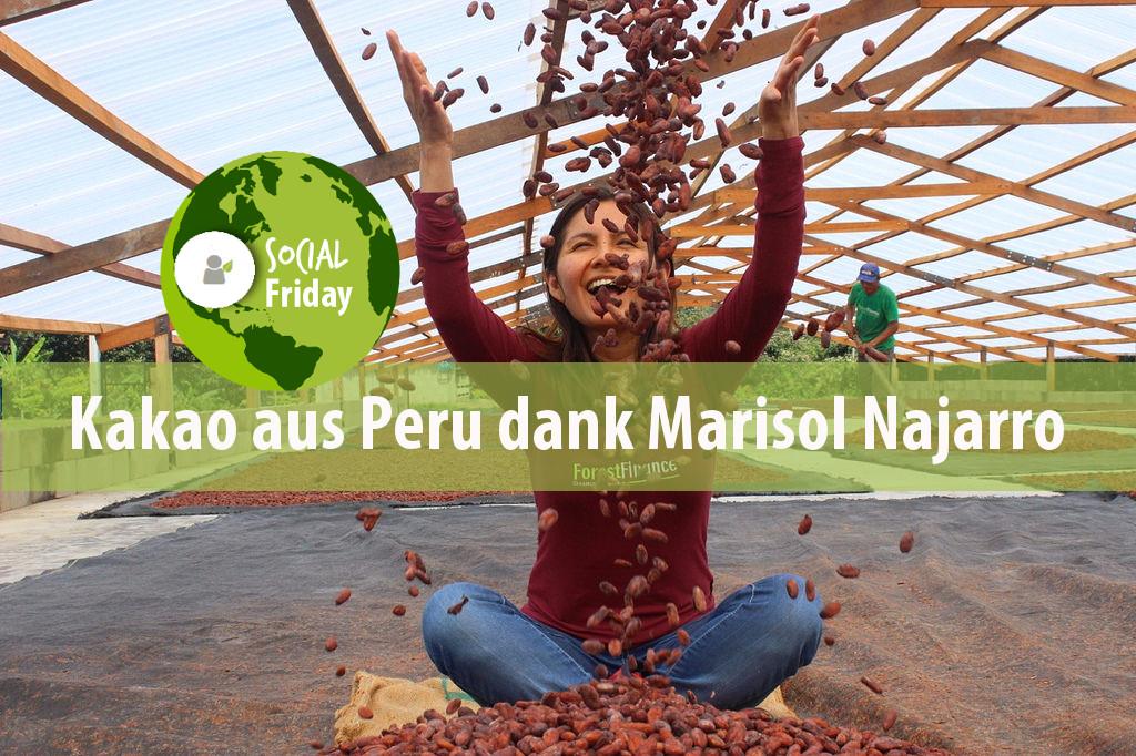 Schokolade der Zukunft: Marisol Najarro mit Kakaobohnen auf der Trocknungsanlage in Peru. Foto: ForestFinance
