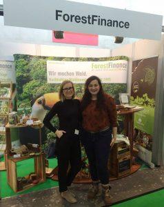 Inna, hier mit Julia Schenkel aus der Kundenbetreuung, ist für ForestFinance häufig auf Messen und anderen Veranstaltungen unterwegs. Foto: ForestFinance