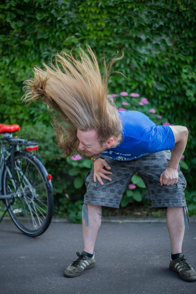 Nicolas Rieger beim Headbangen. Foto: Katrin Spanke/ForestFinance