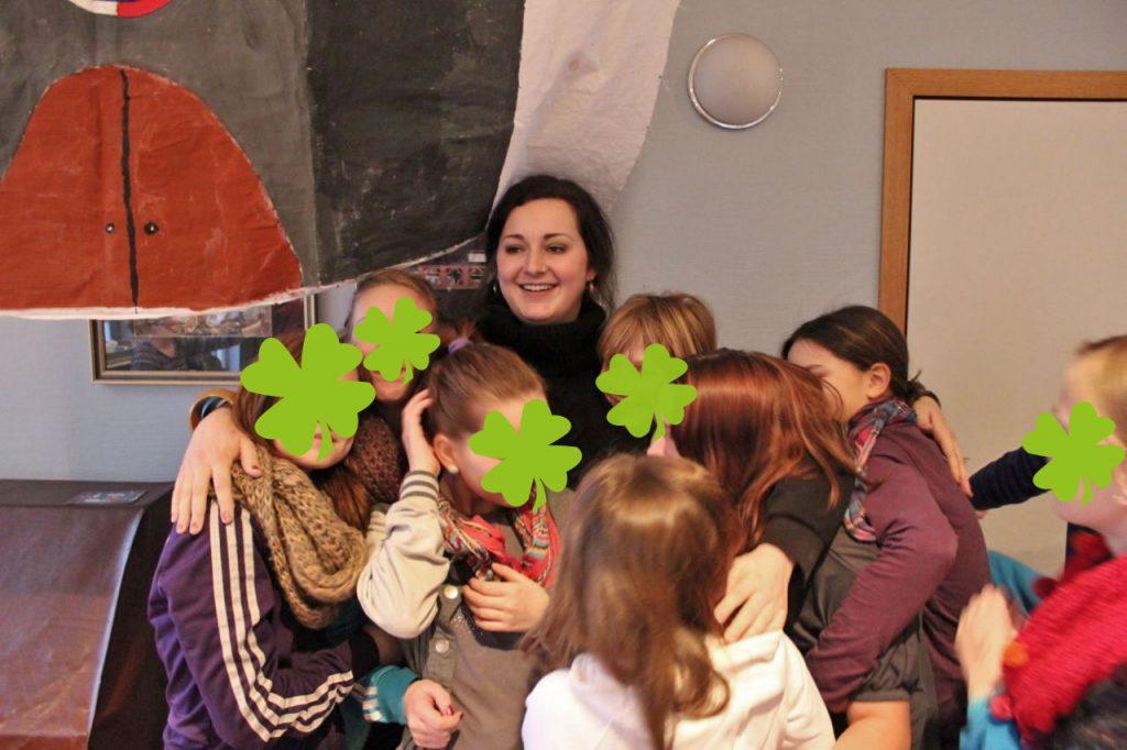 """Julia Schenkel mit """"ihren"""" Kindern bei einer Ferienfreizeit. Foto: privat"""