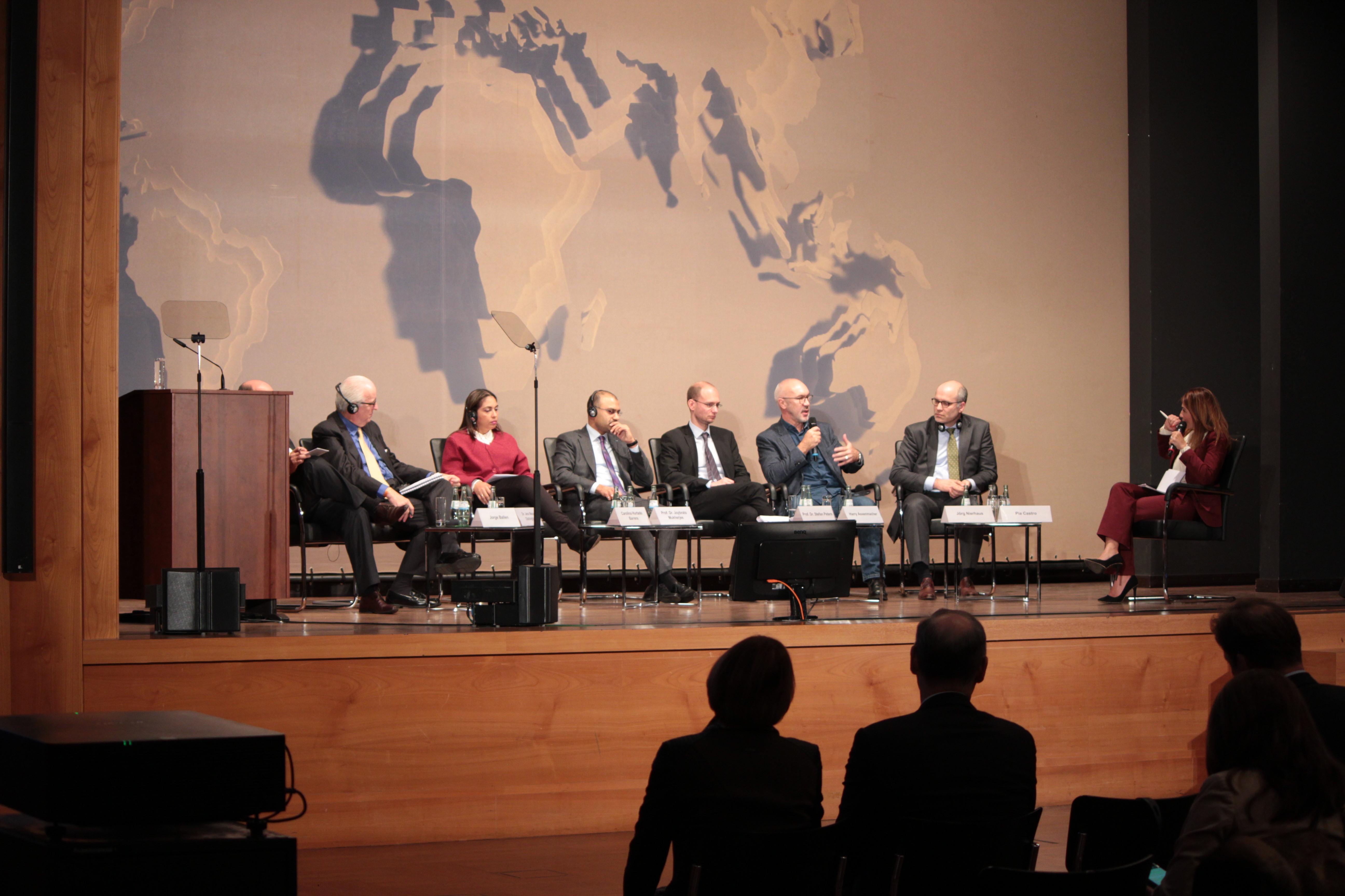 Die Podiumsdiskussion mit KolumbienexpertInnen wurde von Pia Castro, Journalistin der Deutschen Welle (ganz rechts), moderiert. Harry Assenmacher bei einerm Redebeitrag (3.v.r.). Foto: Jan Fockele