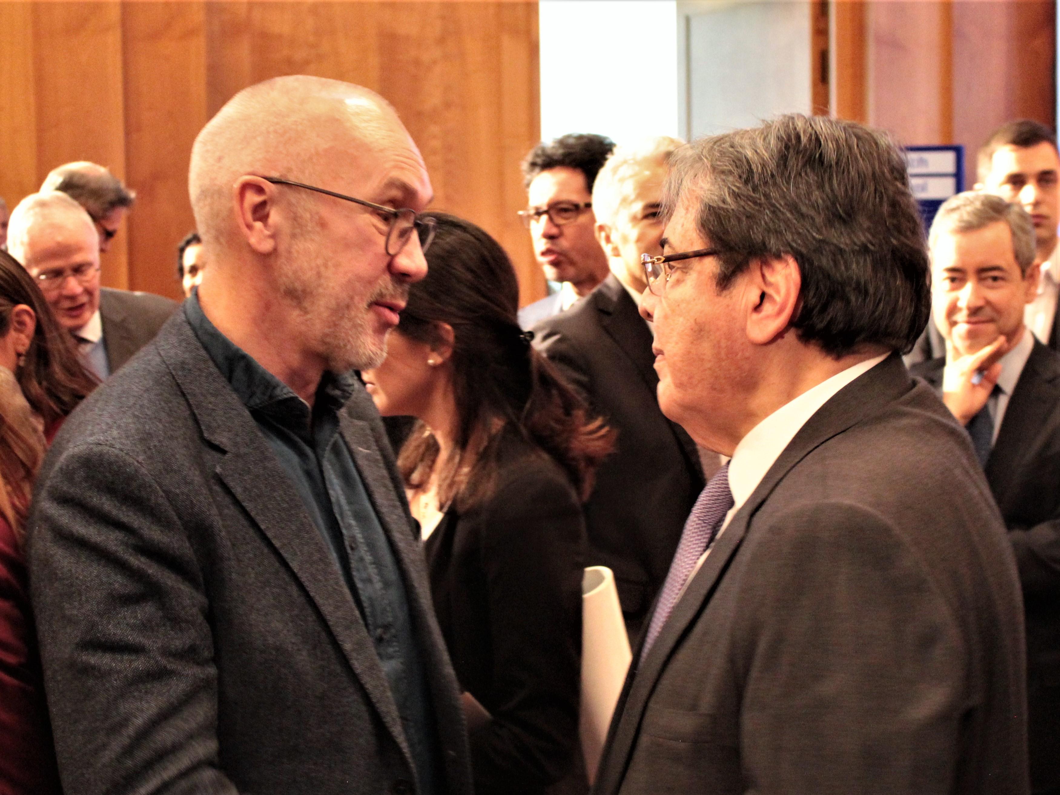 Harry Assenmacher, Gründer und Geschäftsführer von ForestFinance (links), und Kolumbiens Außenminister Carlos Holmes Trujillo im Gespräch nach der Podiumsdiskussion. Foto: Jan Fockele