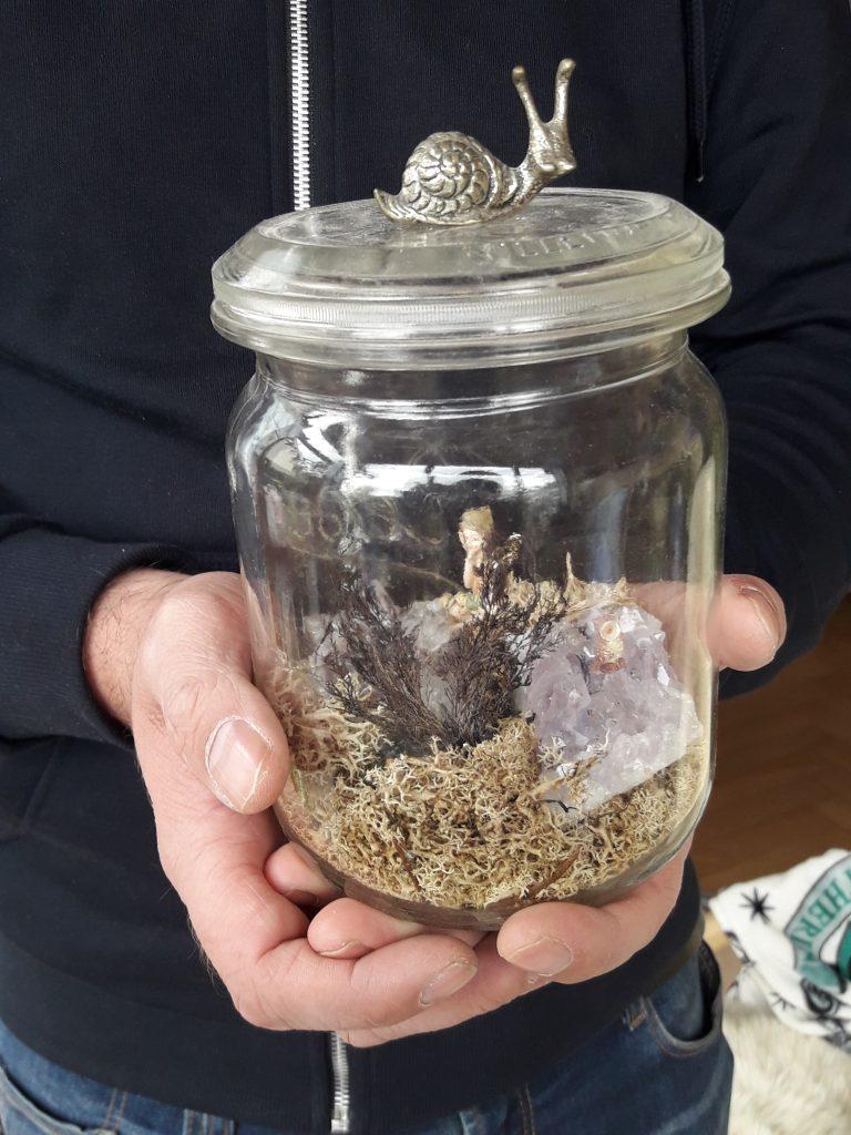 Schwarzer Daumen? Dieser Minigarten im Einmachglas ist nicht lebendig - Isländisches Moos, Amethyste und kleine Figuren verwandeln ihn in eine Zauberwelt. Foto: Kristin Steffan/ForestFinance