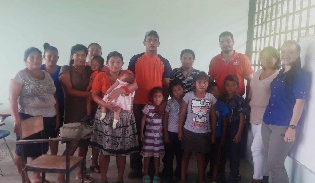 Im Juni 2019 fand das erste Treffen zur Verbesserung der Wasserversorgung der Gemeinde Quebrada Pittí statt. Daran nahmen Mitglieder der Gemeinde teil, des Gesundheitsministeriums Panamas (3. v. r.) und Cecilia Morales und Julissa Dominguez von ForestFinance (rechts im Bild).