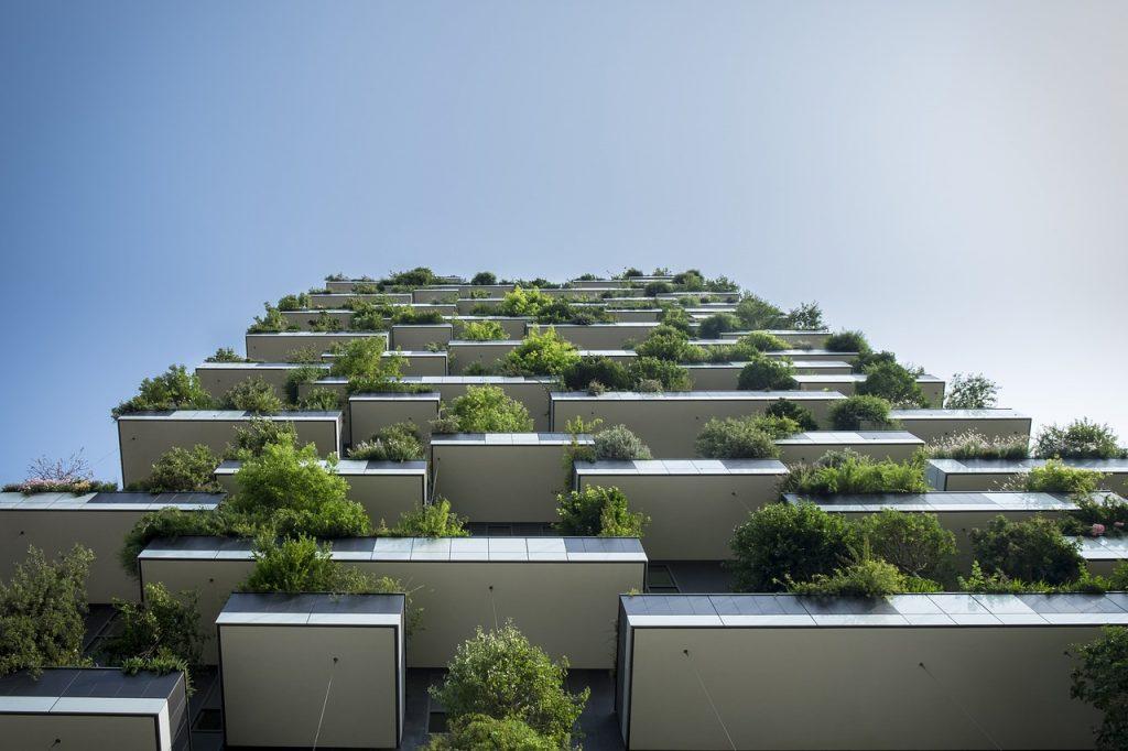 Klimaschutz für Unternehmen: Außenbegrünung eines Hochhauses.
