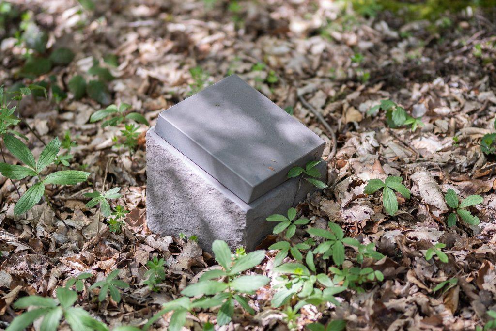 Ein Gedenkstein im Rest-in-Trees-Wald. Foto: Katrin Spanke