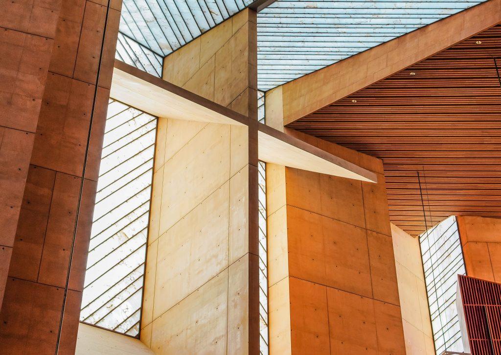 Gebäude aus Holz. Holz ist ein vielversprechender Baustoff.
