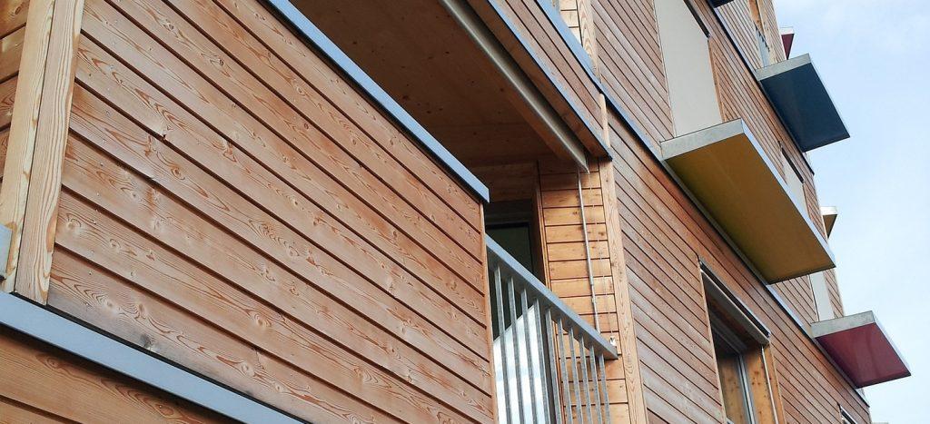 Balkone und Hausfassade aus Holz.